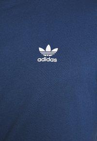 adidas Originals - TECH TEE - T-shirts med print - marine - 5