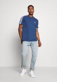 adidas Originals - TECH TEE - T-shirts med print - marine - 1