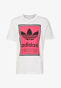 adidas Originals - VINTAGE FILLED LABEL GRAPHIC TEE - T-shirt print - white/flared - 3