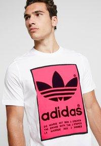 adidas Originals - VINTAGE FILLED LABEL GRAPHIC TEE - T-shirt print - white/flared - 4