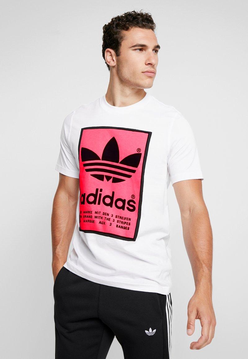 adidas Originals - VINTAGE FILLED LABEL GRAPHIC TEE - Print T-shirt - white/flared
