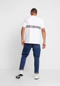 adidas Originals - OUTLIN TEE - Camiseta estampada - white - 2