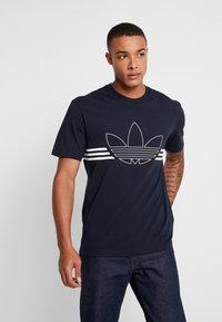 adidas Originals - OUTLIN TEE - Camiseta estampada - legend ink - 0