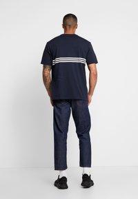 adidas Originals - OUTLIN TEE - Camiseta estampada - legend ink - 2