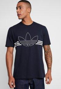 adidas Originals - OUTLIN TEE - Camiseta estampada - legend ink - 4