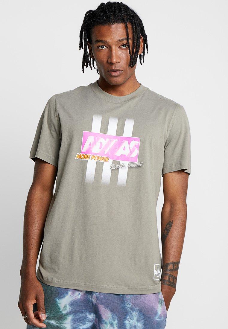 adidas Originals - BODEGA LOGO TEE - Print T-shirt - trace cargo