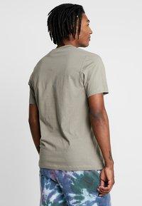 adidas Originals - BODEGA LOGO TEE - Print T-shirt - trace cargo - 2