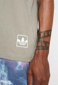 adidas Originals - BODEGA LOGO TEE - Print T-shirt - trace cargo - 5