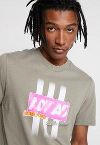 adidas Originals - BODEGA LOGO TEE - Print T-shirt - trace cargo - 3