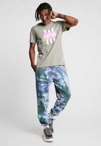 adidas Originals - BODEGA LOGO TEE - Print T-shirt - trace cargo - 1