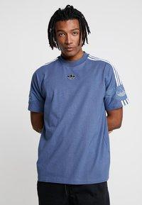 adidas Originals - TEE - Print T-shirt - tech ink - 0
