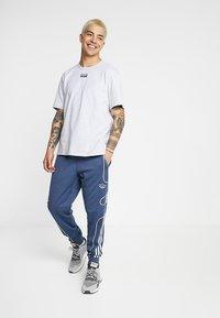 adidas Originals - REVEAL YOUR VOICE TEE - T-shirt basic - light grey heather - 1