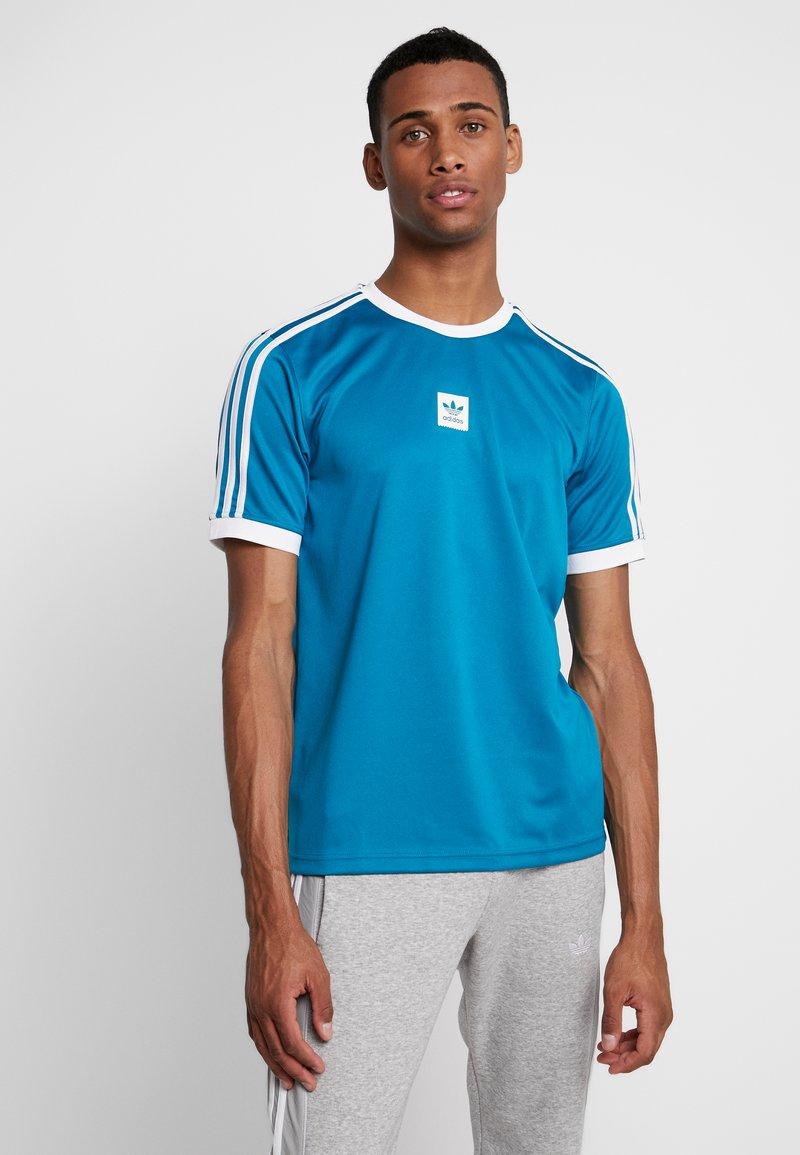 adidas Originals - CLUB - T-shirt med print - active teal/white