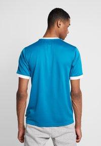 adidas Originals - CLUB - T-shirt med print - active teal/white - 2