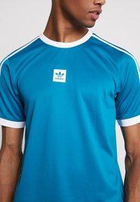 adidas Originals - CLUB - T-shirt med print - active teal/white - 5