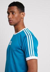 adidas Originals - CLUB - T-shirt med print - active teal/white - 3