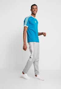 adidas Originals - CLUB - T-shirt med print - active teal/white - 1