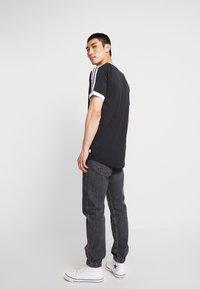 adidas Originals - CALI 2.0 TEE - Triko spotiskem - black/white - 2