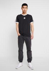 adidas Originals - CALI 2.0 TEE - Triko spotiskem - black/white - 1