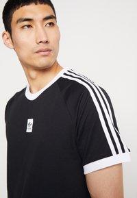 adidas Originals - CALI 2.0 TEE - Triko spotiskem - black/white - 5