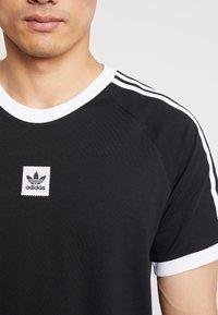 adidas Originals - CALI 2.0 TEE - Triko spotiskem - black/white - 3