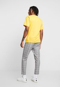 adidas Originals - PILLAR TEE - T-shirt print - active gold/white - 2