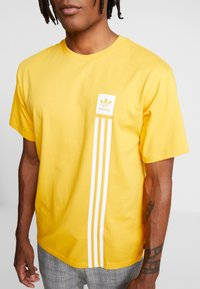 adidas Originals - PILLAR TEE - T-shirt print - active gold/white - 3