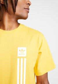 adidas Originals - PILLAR TEE - T-shirt print - active gold/white - 5