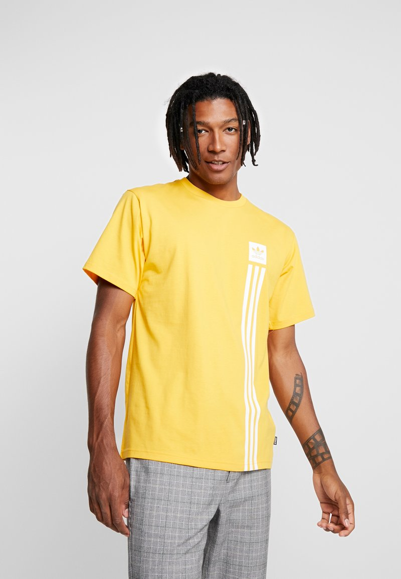 adidas Originals - PILLAR TEE - T-shirt print - active gold/white