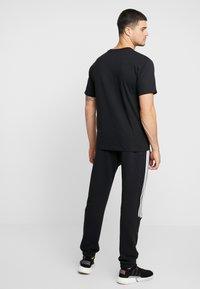 adidas Originals - PILLAR TEE - T-shirt print - black/white - 2