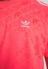 adidas Originals - MONOGRAM RETRO JERSEY - Print T-shirt - flash red - 4