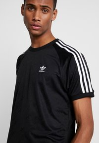 adidas Originals - MONOGRAM RETRO JERSEY - T-shirt imprimé - black - 4