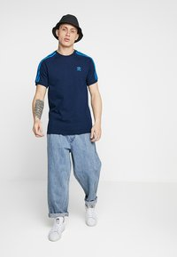adidas Originals - ADICOLOR 3 STRIPES TEE - T-shirt z nadrukiem - collegiate navy - 1