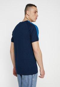 adidas Originals - ADICOLOR 3 STRIPES TEE - T-shirt z nadrukiem - collegiate navy - 2