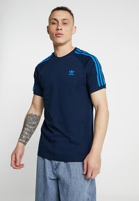 adidas Originals - ADICOLOR 3 STRIPES TEE - T-shirt z nadrukiem - collegiate navy - 0