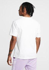 adidas Originals - RETRO LOGO TEE - Camiseta estampada - core white - 2