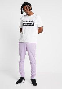 adidas Originals - RETRO LOGO TEE - Camiseta estampada - core white - 1
