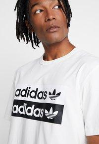 adidas Originals - RETRO LOGO TEE - Camiseta estampada - core white - 3