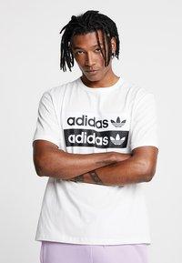 adidas Originals - RETRO LOGO TEE - Camiseta estampada - core white - 0