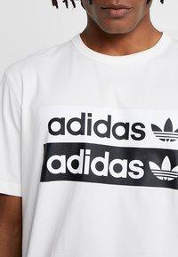 adidas Originals - RETRO LOGO TEE - Camiseta estampada - core white - 5