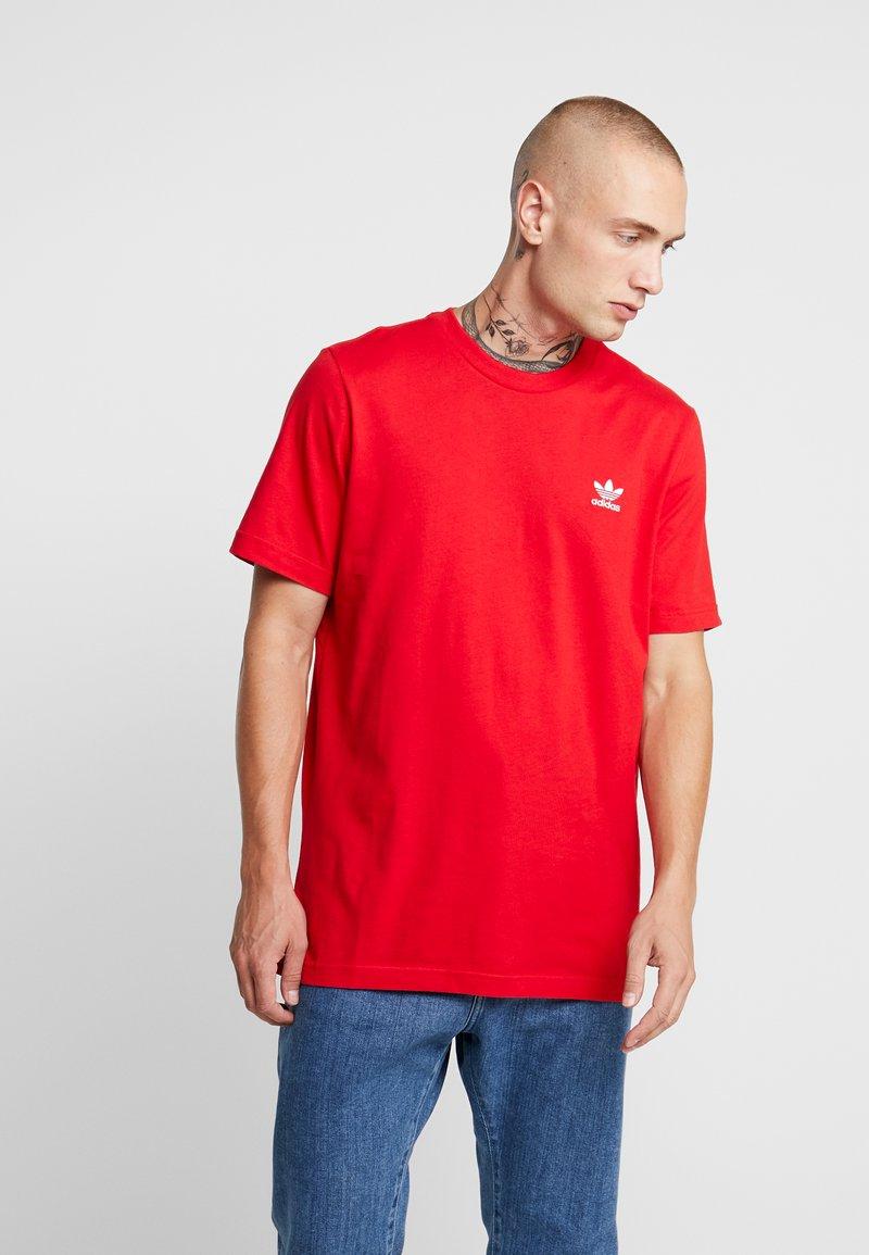 adidas Originals - ADICOLOR ESSENTIAL TEE - Camiseta estampada - scarlet