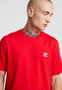 adidas Originals - ADICOLOR ESSENTIAL TEE - T-shirt print - scarlet - 4