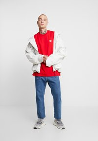adidas Originals - ADICOLOR ESSENTIAL TEE - T-shirt print - scarlet - 1