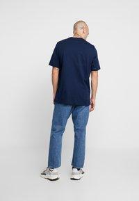 adidas Originals - ADICOLOR ESSENTIAL TEE - T-shirt med print - collegiate navy - 2