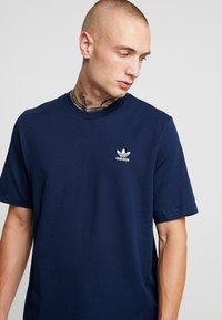 adidas Originals - ADICOLOR ESSENTIAL TEE - T-shirt med print - collegiate navy - 4