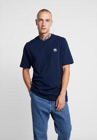 adidas Originals - ADICOLOR ESSENTIAL TEE - T-shirt med print - collegiate navy - 0