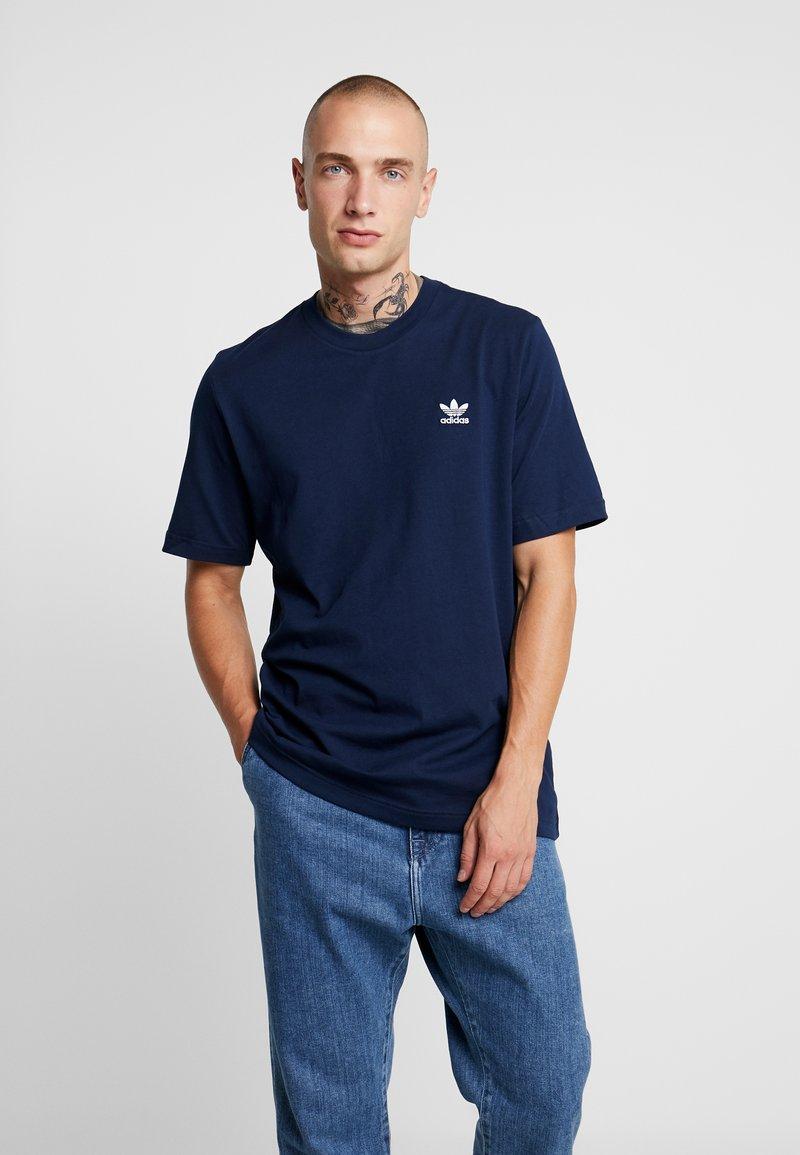 adidas Originals - ADICOLOR ESSENTIAL TEE - T-shirt med print - collegiate navy