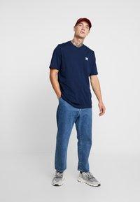 adidas Originals - ADICOLOR ESSENTIAL TEE - T-shirt med print - collegiate navy - 1