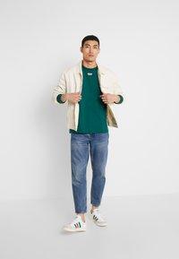 adidas Originals - REVEAL YOUR VOICE LONGSLEEVE - Longsleeve - collegiate green - 1