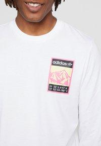 adidas Originals - STREETSTYLE GRAPHIC LONGSLEEVE TEE - Bluzka z długim rękawem - white - 3